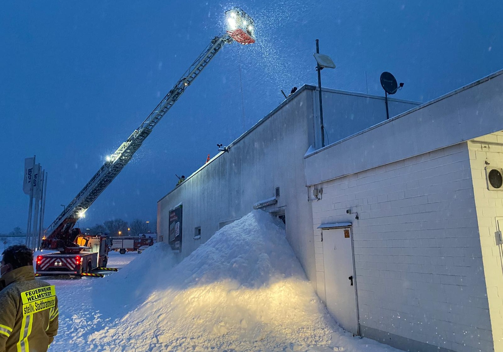 Die Schneemassen mussten von dem Dach entfernt werden.