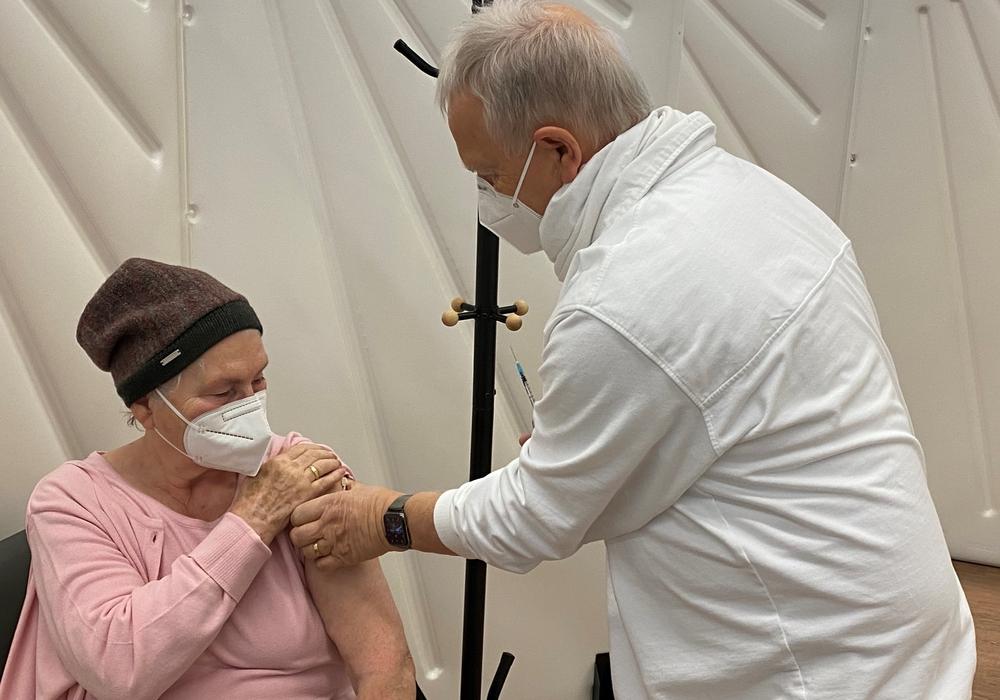 Hannelore Rese aus Braunschweig war die Erste, die im Goslarer Impfzentrum ihre Dosis erhielt.