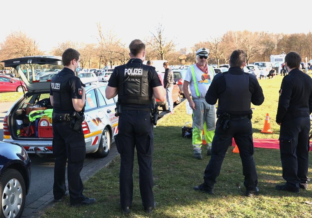Polizei und Ordnungsamt waren vor Ort und beendeten die Darbietung des Alleinunterhalters.