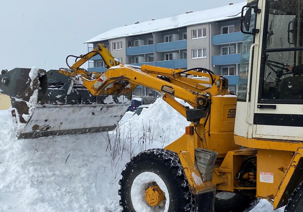 Schneeeinsatz auch auf dem Parkplatz der Asklepios Harzklinik in Goslar: Firmen sagten spontan zu, mit ihren Gerätschaften bei der Schneeräumung zu helfen.