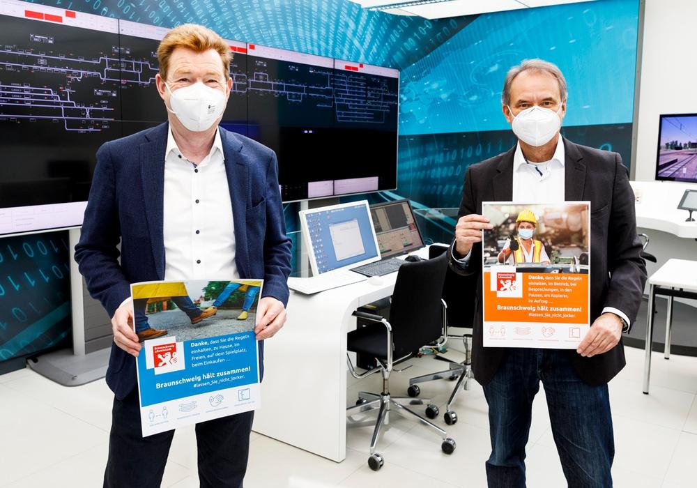 Oberbürgermeister Ulrich Markurth und Thorsten Sponholz, Sprecher der Betriebsleitung von Siemens Mobility in Braunschweig, stellten die Plakate am Mittwoch bei Siemens vor.