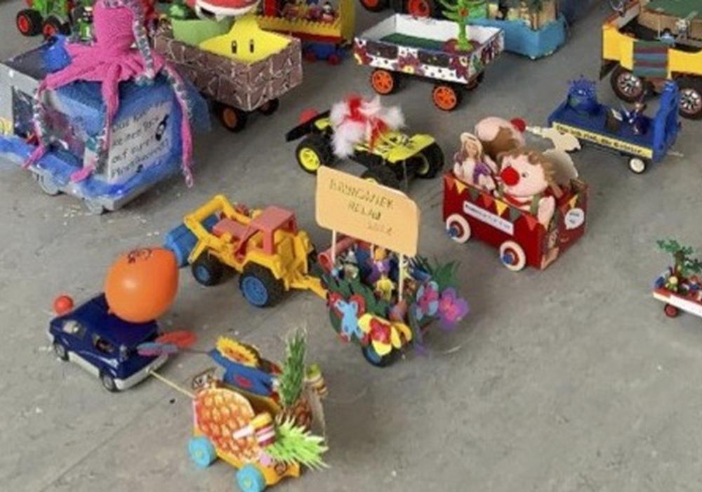 29 gebastelten Schoduvel-Wagen der Tänzerinnen aus allen drei Braunschweiger Karnevals-Gesellschaften.