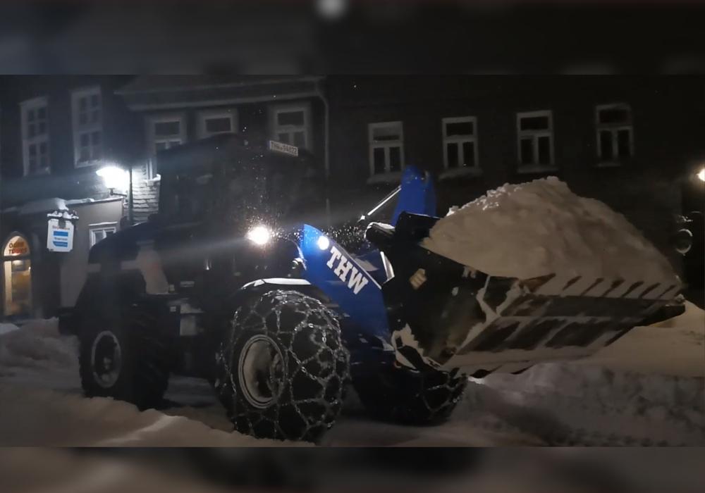 Ein Radlader des Technischen Hilfswerks im Hohen Weg in Goslar.