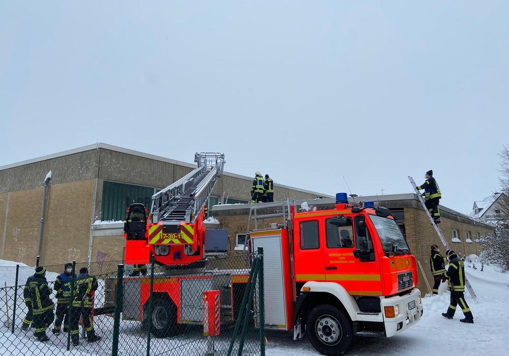 Die Feuerwehr musste das Dach räumen.