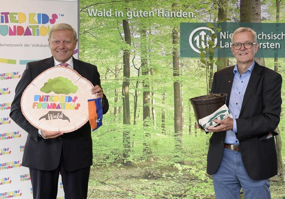 """Jürgen Brinkmann (links) und Dr. Klaus Merker starteten am 19. Mai 2020 das Aufforstungsprojekt """"United Kids Foundations Wald"""". Für das Waldstück nahe Torfhaus sind bereits 30.000 Bäume gespendet."""