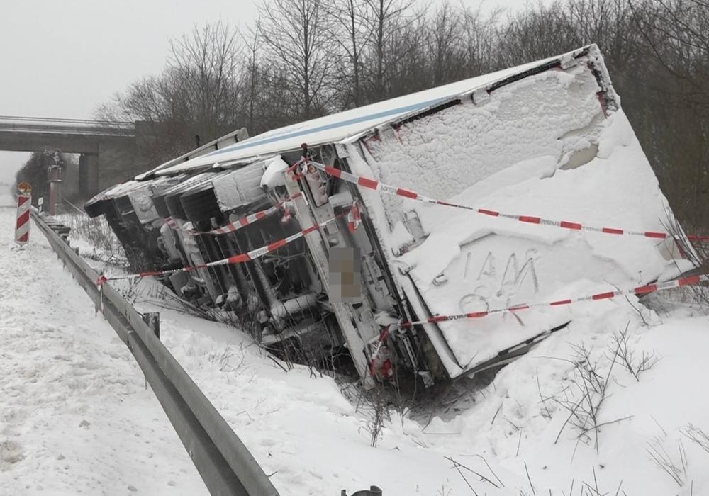 Kräne können bei der Schneemenge nicht eingesetzt werden und Räumfahrzeuge sind nicht verfügbar - Dieser LKW wurde vorerst aufgegeben.