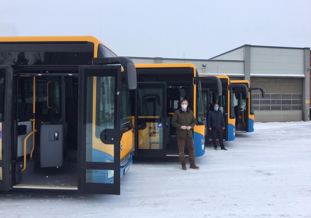 Landrat Dr. Andreas Ebel und Stephan Heidenreich, Geschäftsführer der VLG, sahen sich die neuen Busse der Fahrzeugflotte an.