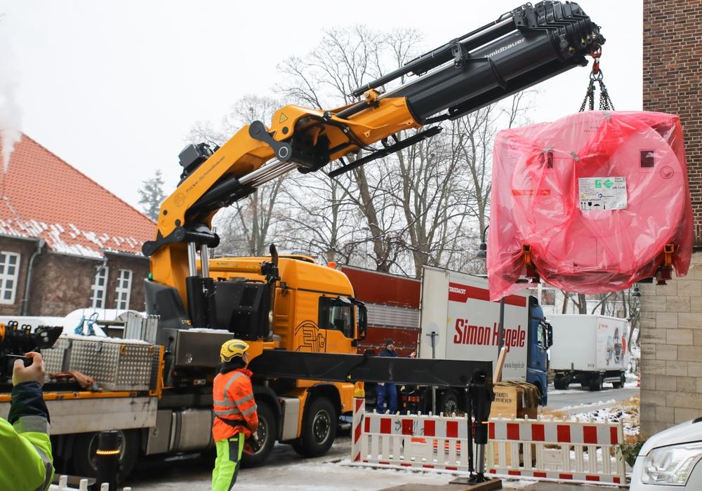 Anlieferung des 3T MRT am Standort Salzdahlumer Straße.