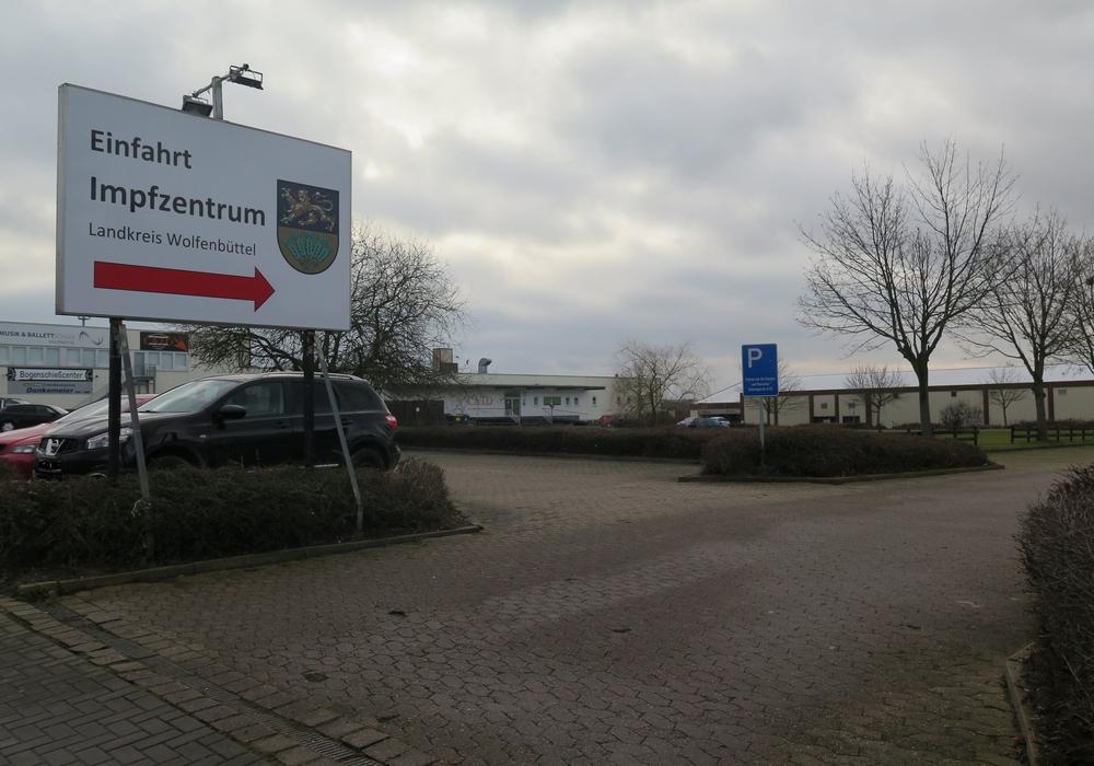 Hier geht es zum Impfzentrum – ein großes Schild weist auf die Einfahrt zum Impfzentrum in Wolfenbüttel in der Schweigerstraße hin. Es gibt genügend Parkplätze.