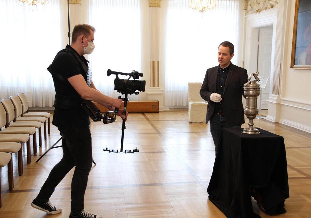 Arbeit auf Abstand: Arne Homann, Museumsleiter, und Marcel Senkel, Medienzentrum (mit Kamera), bei den Dreharbeiten zu einer Folge, die sich mit dem Gilde-Pokal von 1717 beschäftigt.