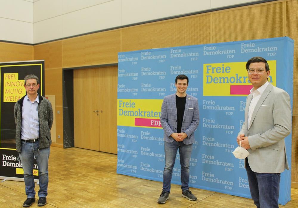 Max Weitemeier (Mitte) mit den Kreisverbandsvorsitzenden von Salzgitter und Wolfenbüttel, Ralf Ludwig (links) und Björn Försterling, die ihm zu seiner Wahl gratulierten.