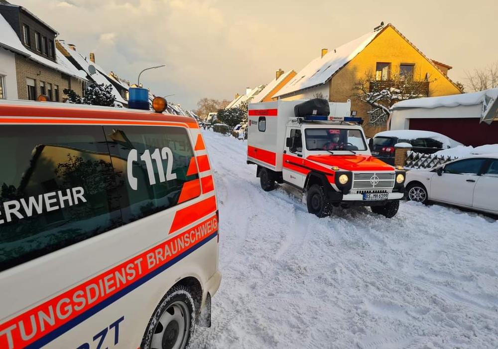Ein Rettungsdienstfahrzeug mit Allradantrieb in einer Nebenstraße.