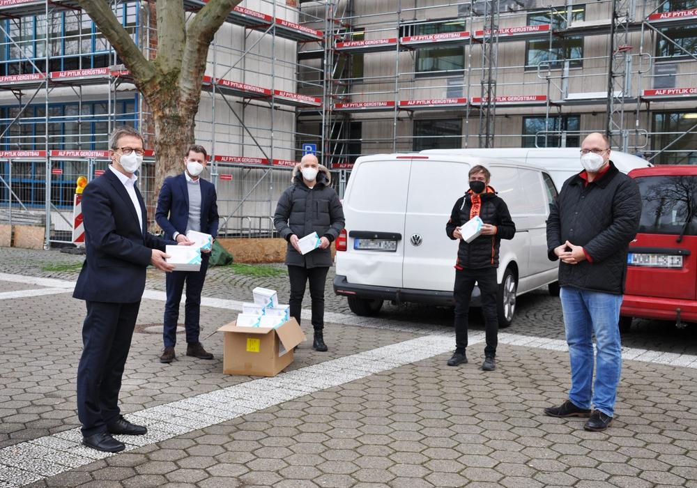 Oberbürgermeister Klaus Mohrs übernimmt die vom Wolfsburger Unternehmer Andreas Batke gespendeten Masken.