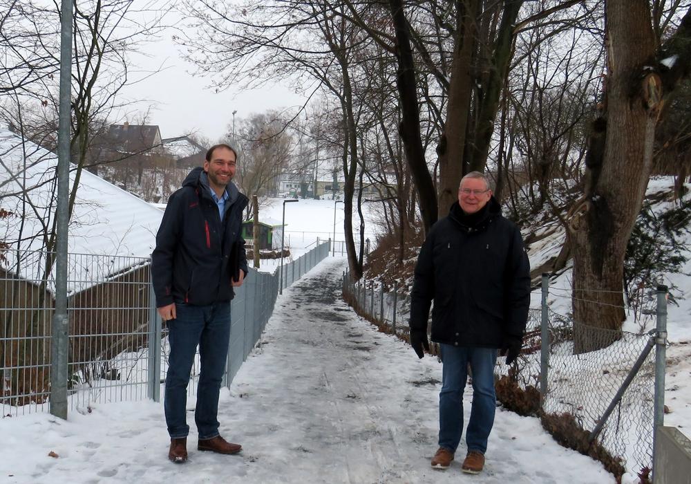 Fachbereichsleiter Marco Schulz (links) und Ortsbürgermeister Frank Hennig am neuen Verbindungsweg in Wendhausen