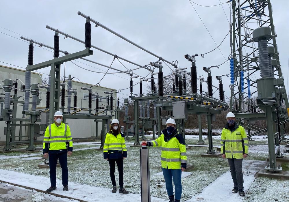 Von links: Björn Schwarz (Projektleiter BS Netz), Tanja Springer (Sekundartechnik BS Netz), Andrea Wöste (Projektleiterin Avacon Netz) und Christian Klein (Anlagenverantwortlicher Avacon Netz).