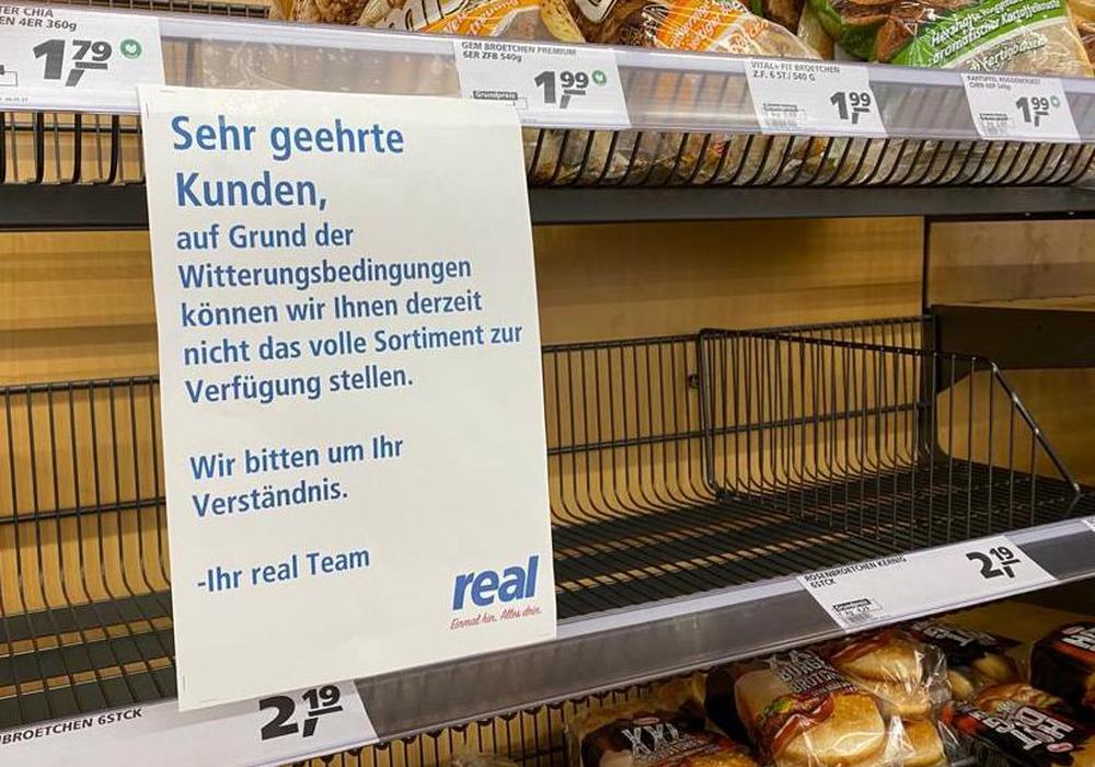 In manchen Supermärkten sind die Regale recht leer. Grund sind Lieferprobleme aufgrund des Wetters.