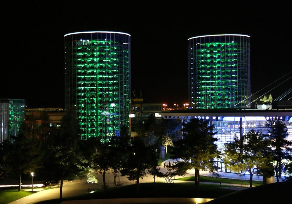 Um ein sichtbares Zeichen zu setzen, erstrahlen die Autotürme, die Fassade des KonzernForums und die Ostfassade des ZeitHauses in grün.
