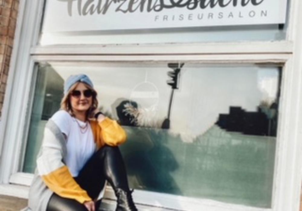 Franziska Mewes vor ihrem Salon Hairzenssache.