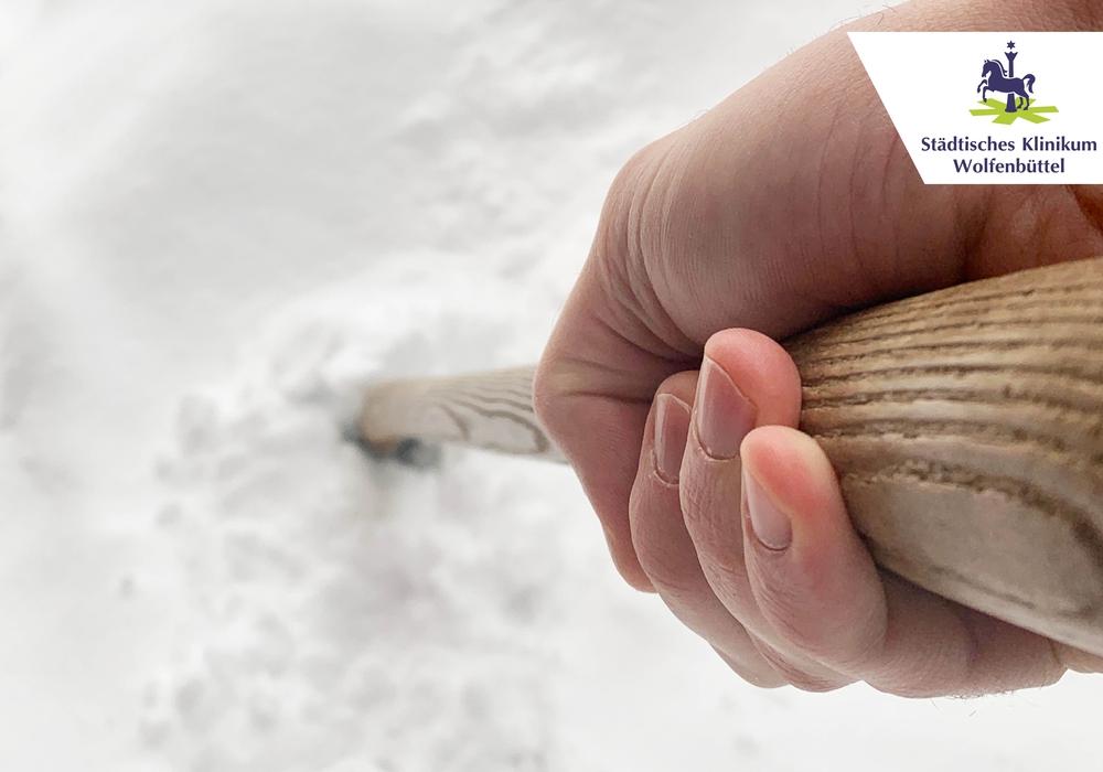Anstrengung in kalter Luft, zum Beispiel Schneeschaufeln, erhöht den Blutdruck und den Pulsschlag.