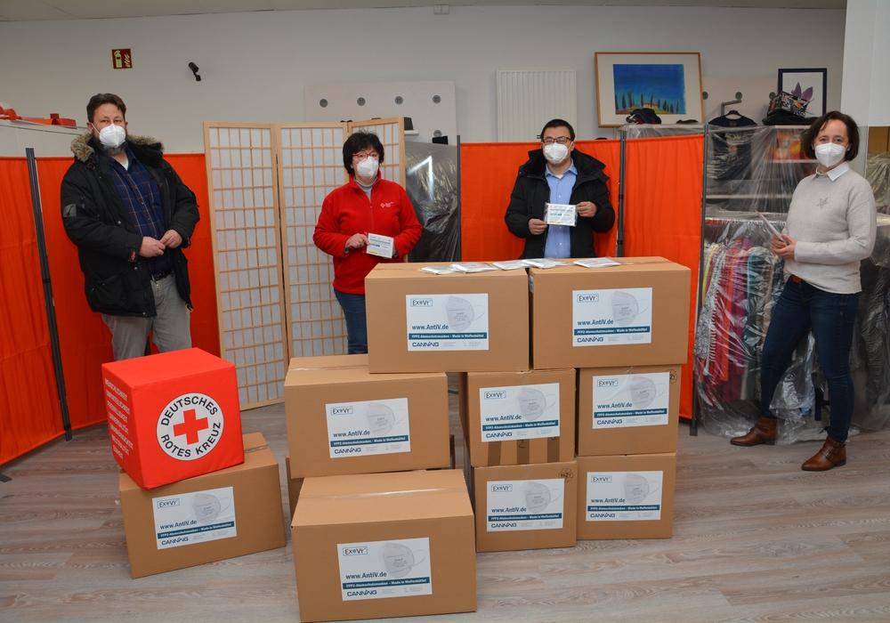 5.000 Masken sind schon richtig viele Kartons. Darüber freuten sich im DRK-Tafelladen (von links): Spender Stefan Schulze, Juliane Liersch vom DRK, Spender Dewei Huang und Manja Puschnerus von der Curt Mast Jägermeister Stiftung.