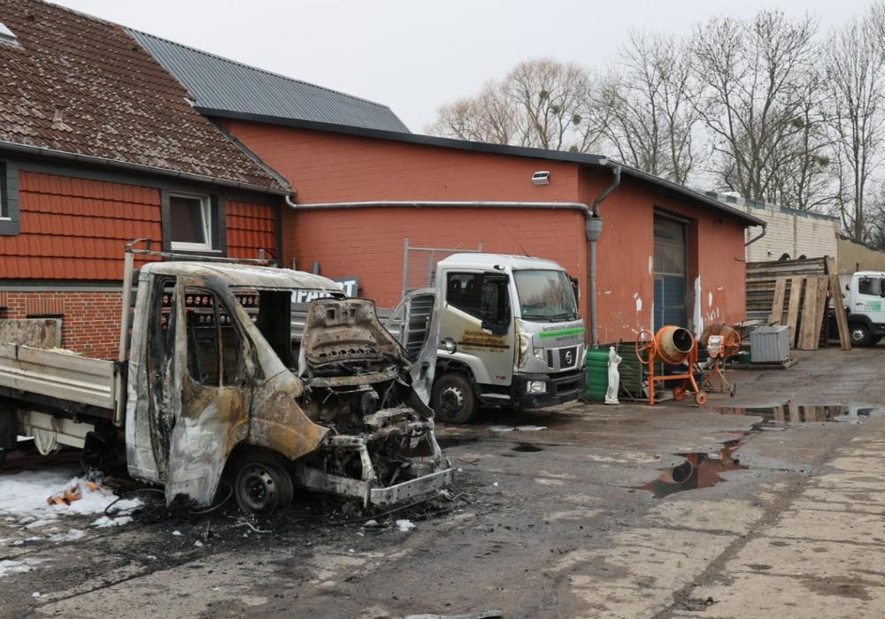Auf einem Firmengelände in Lebenstedt kam es in der Nacht zu einem Brand. Der Besitzer glaubt, es sein ein Anschlag auf ihn persönlich.