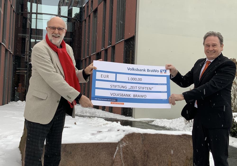 """Detlef Tanke, Vorsitzender der Stiftung """"ZeitSTIFTEN"""", nimmt die Spende über 1.000 Euro von Thomas Fast, Leiter der Direktion Gifhorn der Volksbank BraWo, entgegen."""