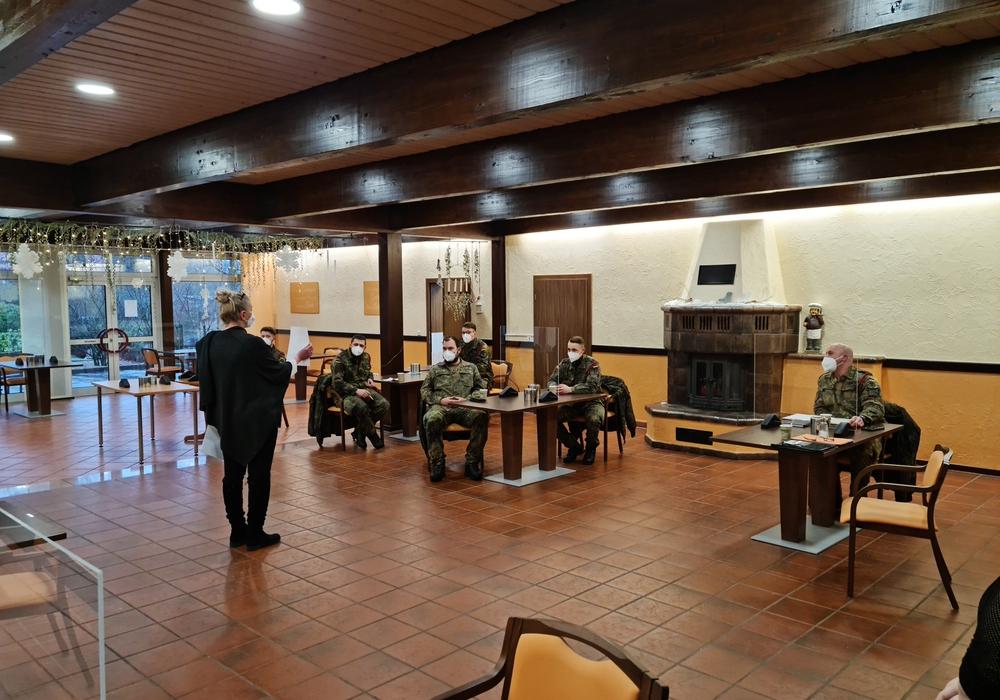 Sechs weitere Soldaten der Bundeswehr helfen im DRK-Seniorenzentrum Oelheim.