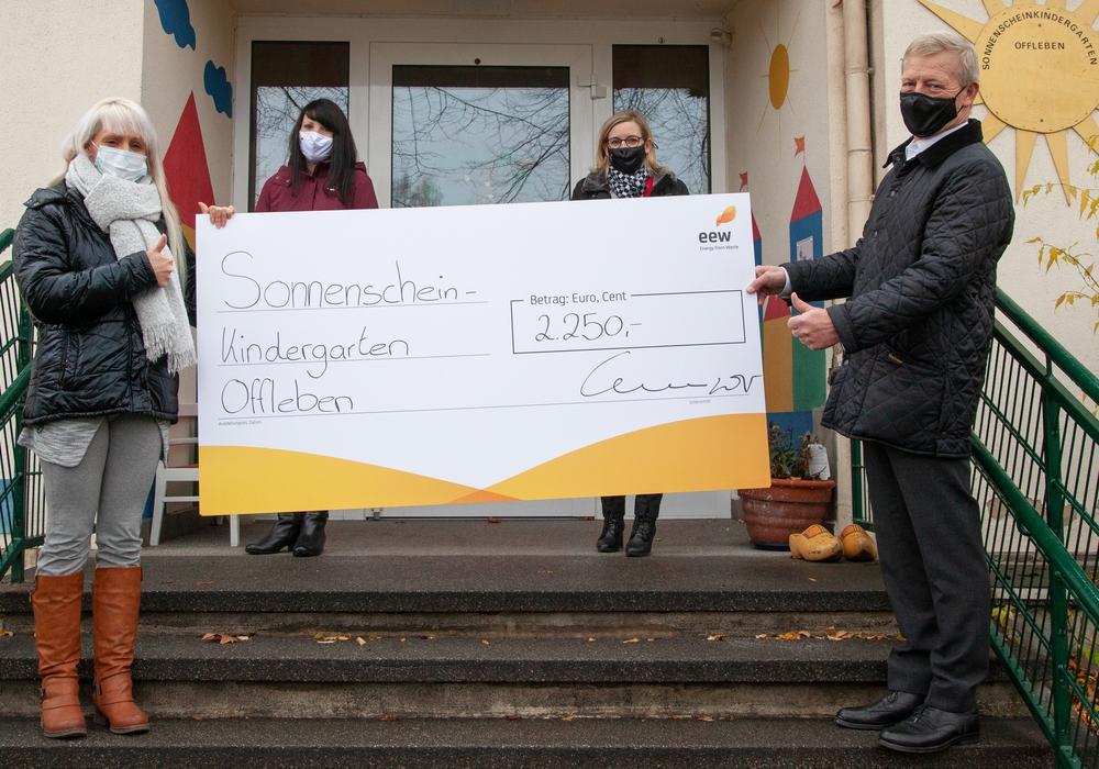 """Bernard M. Kemper, Vorsitzender der Geschäftsführung der EEW Energy from Waste GmbH, EEW-Betriebsratsvorsitzende, Birgit Fröhlig, sowie EEW-Mitarbeiterin und Initiatorin Denise Tjaden überreichten eine Spende in Höhe von 2.250 Euro an Heike Meyer, Leiterin des Sonnenschein-Kindergartens in Offleben. (von rechts) Das Geld stammt aus dem EEW-Hilfsfonds """"Rest Cent"""" der EEW-Gruppe."""