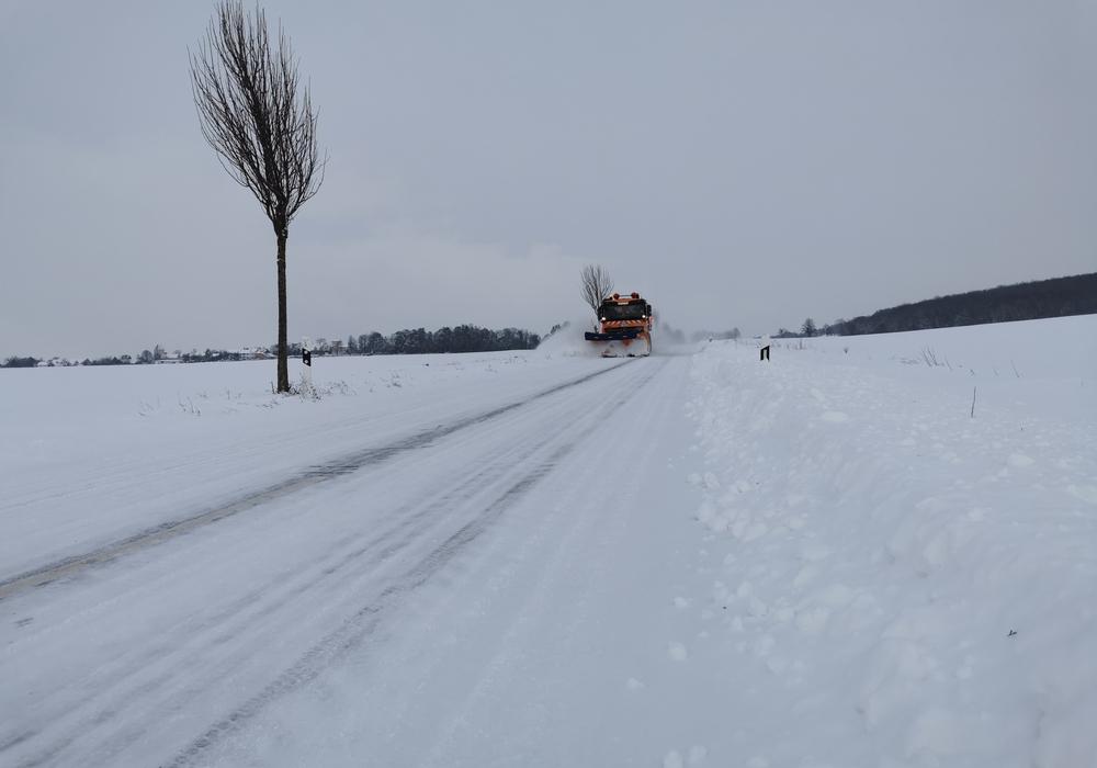350 Kilometer Kreisstraße müssen schneefrei gehalten werden. Dafür ist der Winterdienst rund um die Uhr im Einsatz.