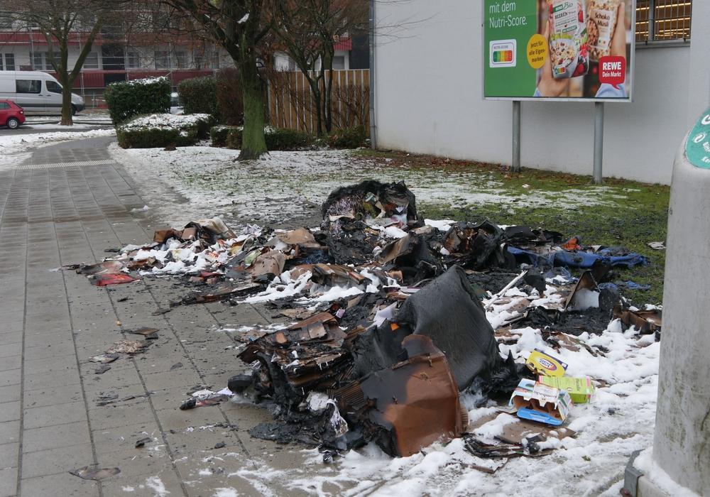 Die drei Müllcontainer brannten völlig aus.