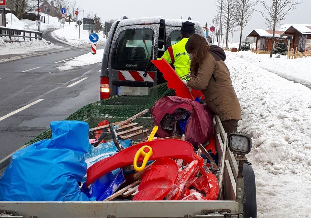 Der Müll auf dem Anhänger stammt lediglich von einem Rodelberg und einem einzigen Tag.