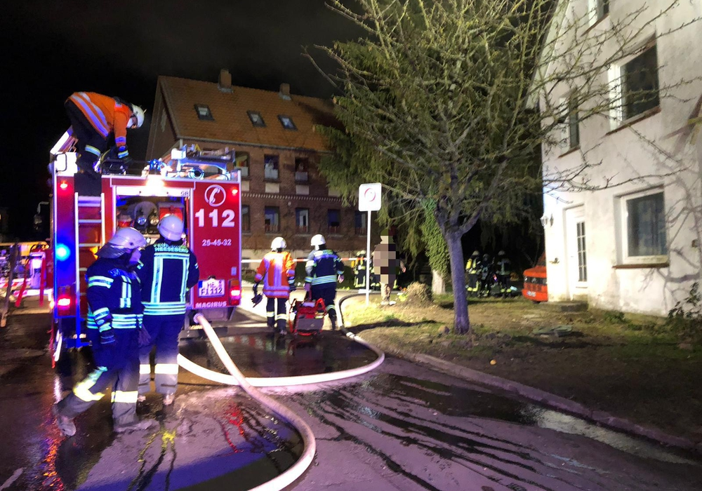 Bei Eintreffen der Feuerwehr vor Ort schlugen bereits Flammen aus dem Küchenfenster.