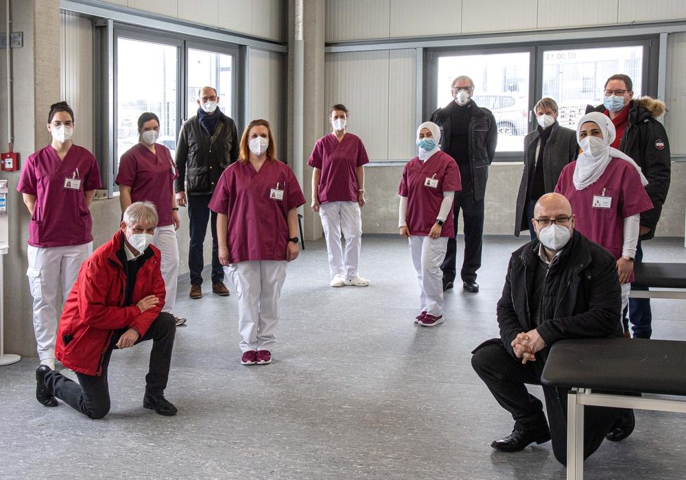 Im Impfzentrum Salzgitter begannen am heutigen Montag die Impfungen. Oberbürgermeister Frank Klingebiel und das Impf-Team waren mehr als erfreut, dass es nun endlich losging.
