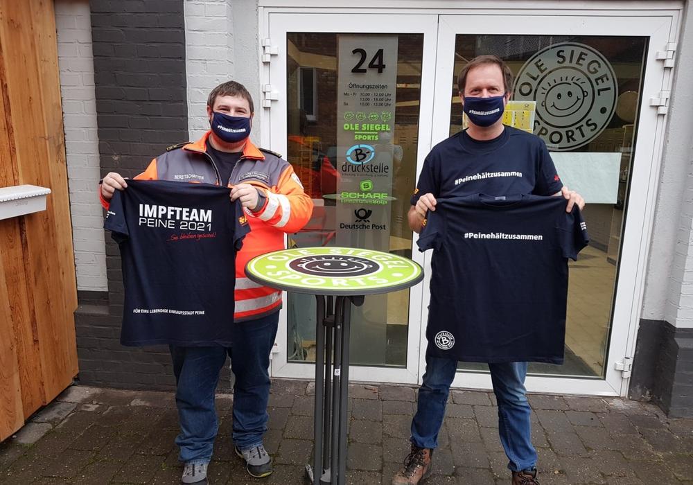 Ole Siegel und Oliver Kretschmer bei der Übergabe der T-Shirts.