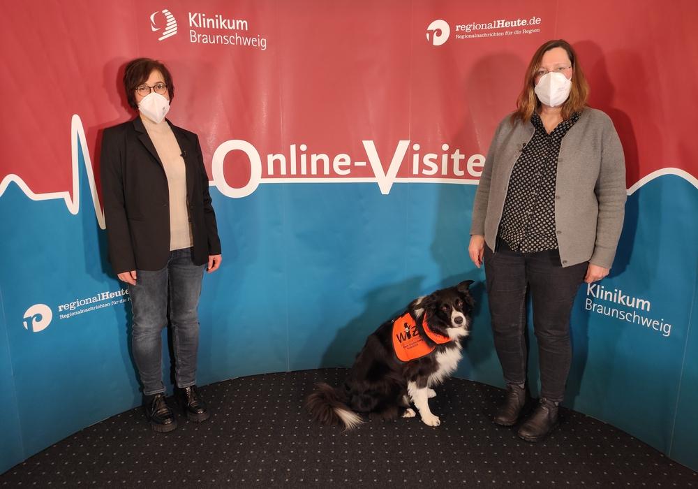 Dr. Maike Petersen und Dr. Antje Mey mit Therapiehund Nox.