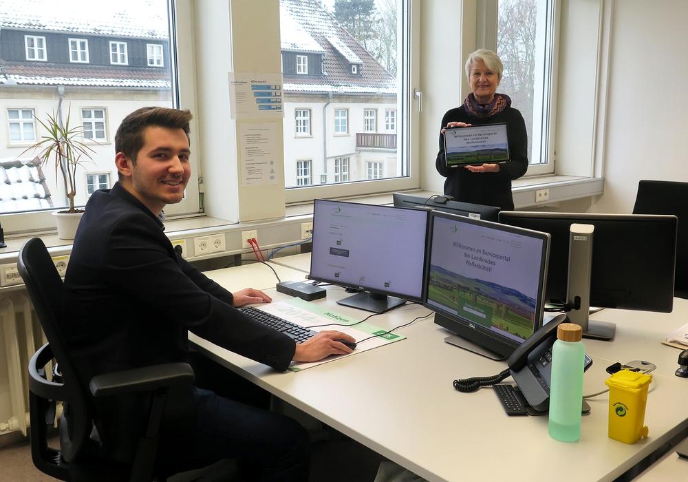 Safet Trzaska, Projektleiter Digitalisierung im Landkreis Wolfenbüttel, und Landrätin Christiana Steinbrügge präsentieren das neue Serviceportal.