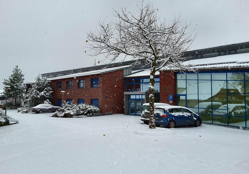 Lehres Rathaus im Schnee.