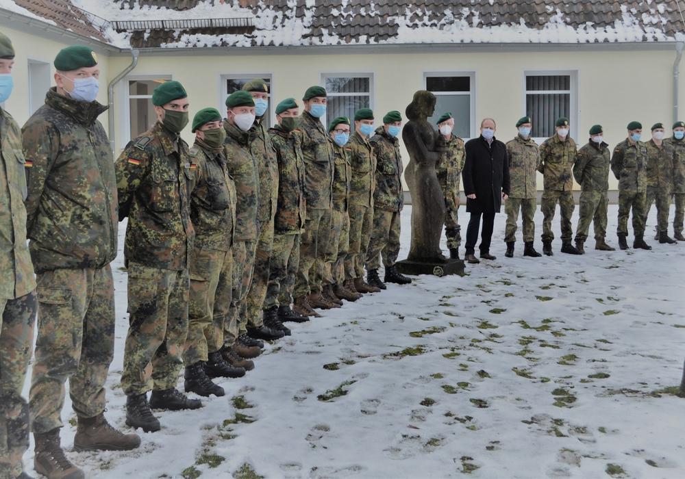 Landrat Gerhard Radeck, Oberstleutnant Joachim Nagel und 18 negativ auf das SARS-CoV-2 getestete Soldaten.