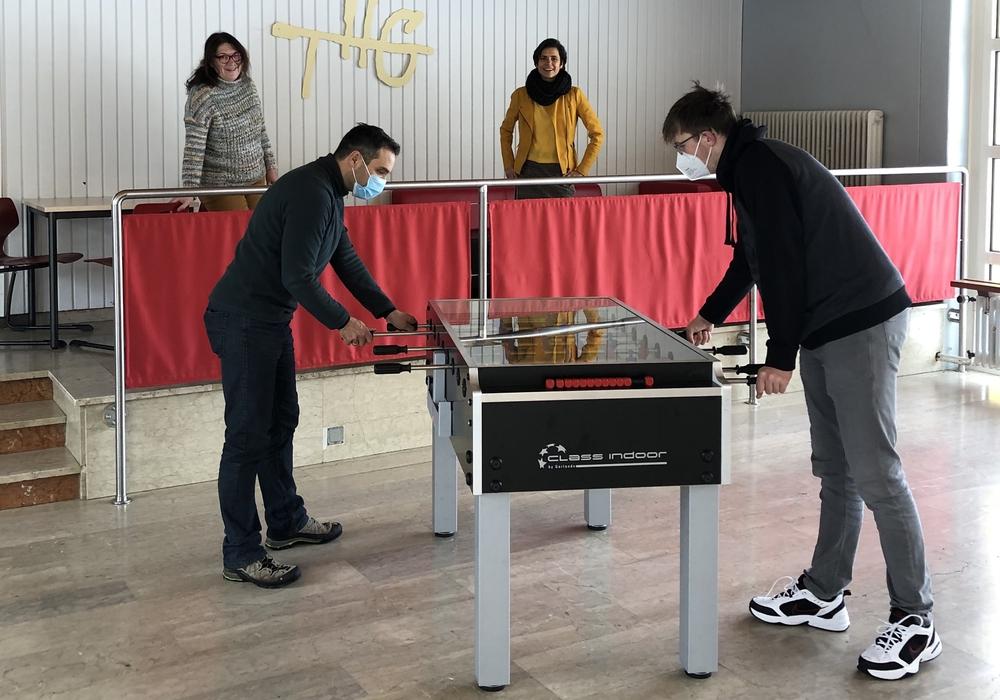 Gabriela Aßmann und Sandra Feuge verfolgen gespannt das erste Tischkickerduell zwischen Dr. Dirk Hahn und Finn Brüggemann.