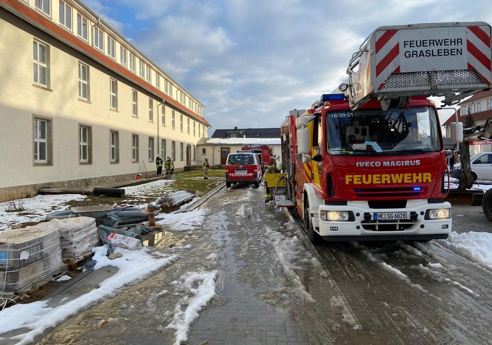 Die Feuerwehr musste 450.000 Liter Wasser aus einem Keller pumpen.