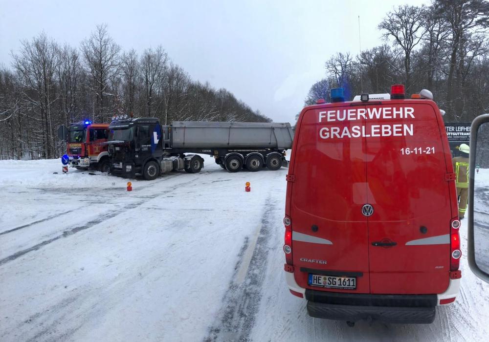 Ein LKW und ein Feuerwehrauto waren zusammengestoßen.