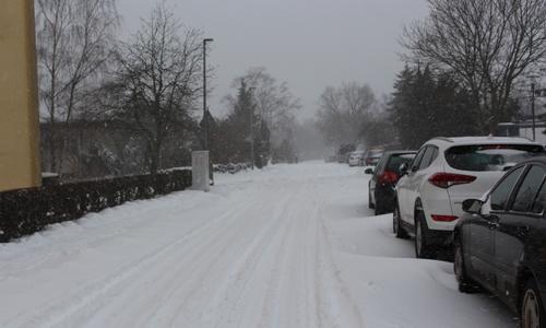 Die Straßen in Wolfenbüttel sind mit einer dicken Schneeschicht überzogen.