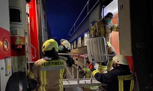 Die Feuerwehr stand mit passendem Werkzeug für den Beschwerdefreien Umstieg in den Ersatzzug parat und half sogar beim Gepäck.