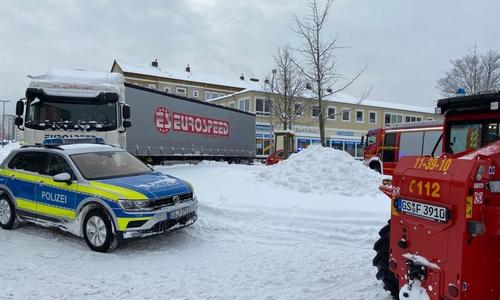 Im Kreisel an der Marienburger Straße hat sich ein LKW festgefahren. Derartiges geschieht derzeit vielerorts in Goslar.