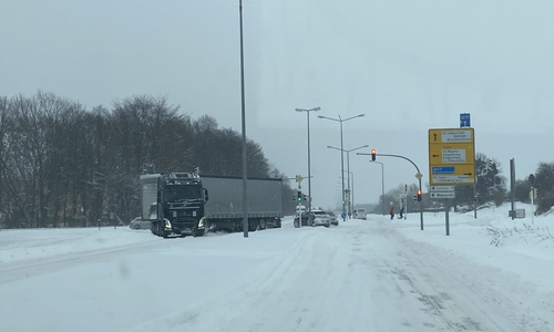 Nicht aufgegeben, aber trotzdem hilflos festgefahren: Auf der Theodor-Heuss-Straße in Salzgitter steht ein LKW quer auf einer Kreuzung und kommt nicht voran.