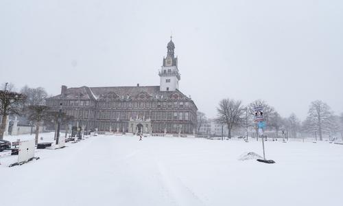 Der Schlossplatz war dick mit Schnee bedeckt.