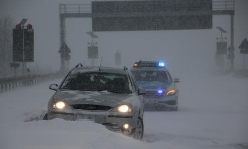 Auch für den Mondeo endete die Fahrt in einer Schneewehe.