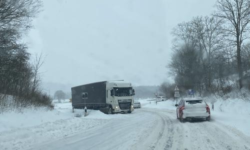 Einer der beiden LKW, die auf der Auffahrt zur A39 feststecken. Hier in Fahrtrichtung Autobahndreieck Salzgitter/A7