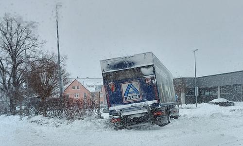 Kurz vor dem Ziel endete die Reise dieses LKW vor dem Aldi in der Frankfurter Straße in Wolfenbüttel.