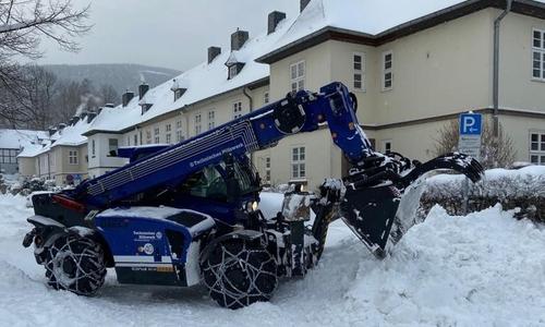 Mit Radladern und Lkw wird der Schnee aus den Straßen abtransportiert.
